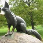 Slévači odlili z bronzu novou lišku Bystroušku. Vystřídá ukradenou